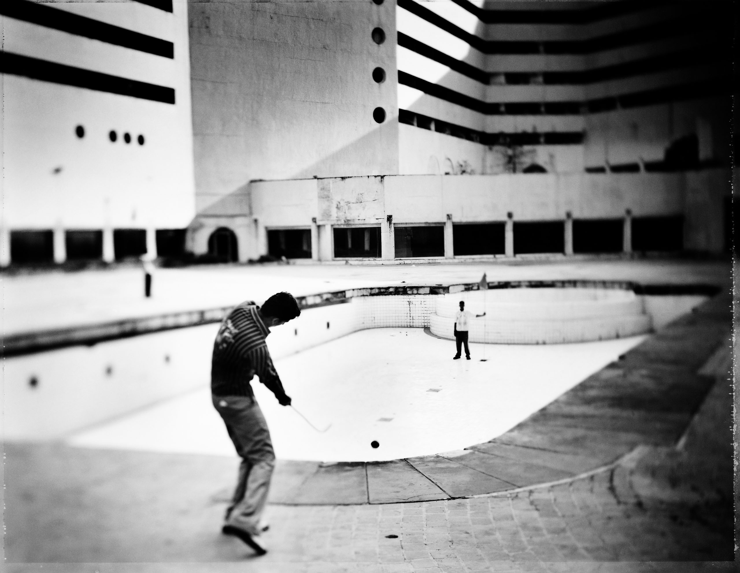 Harish practices his short game. Photo by Tomasz Gudzowaty.