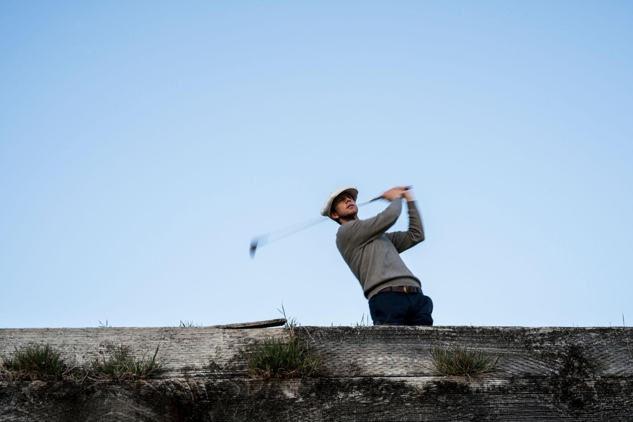 Golfer swinging a glub