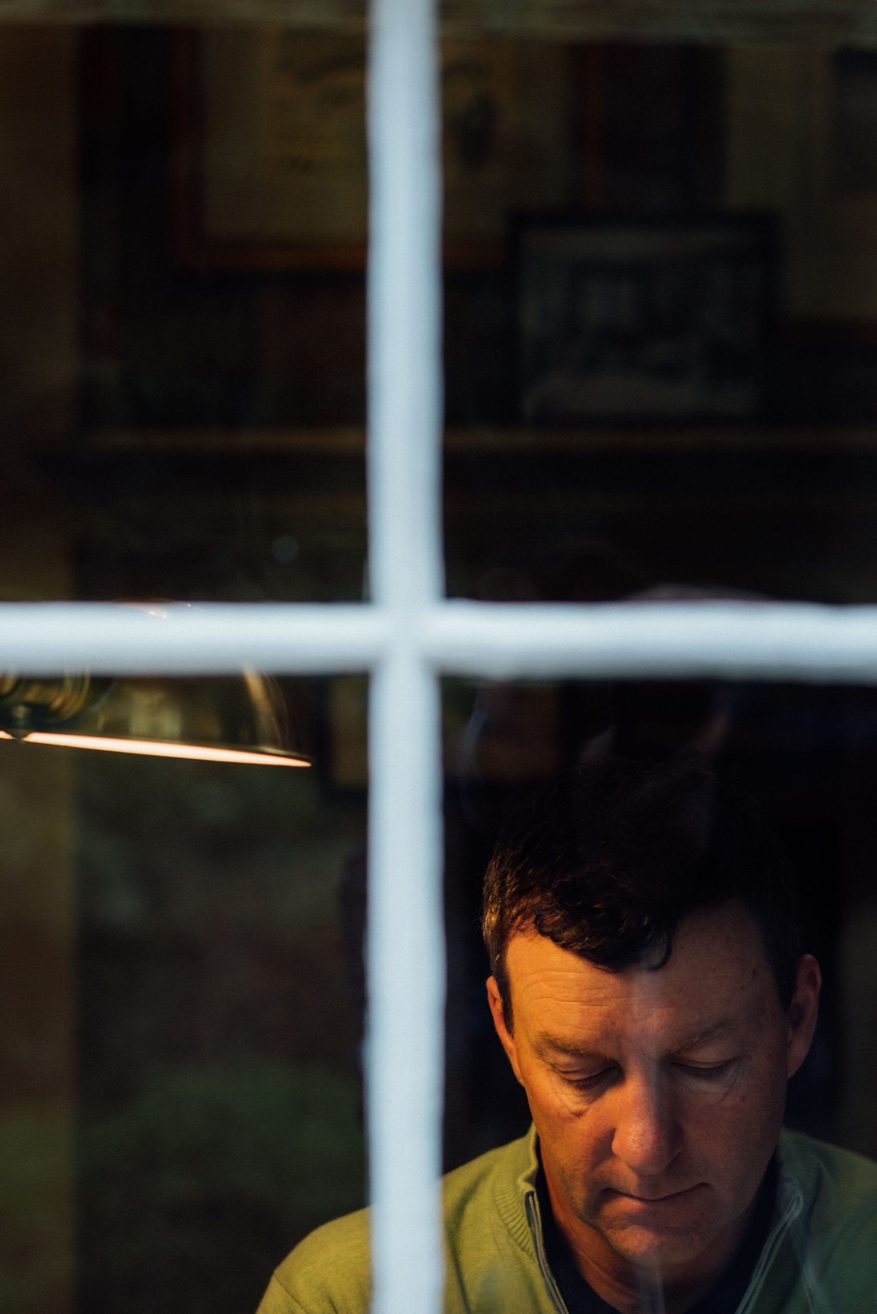 Phoeo of Gil Hanse through a window. Photo by Christian Hafer.