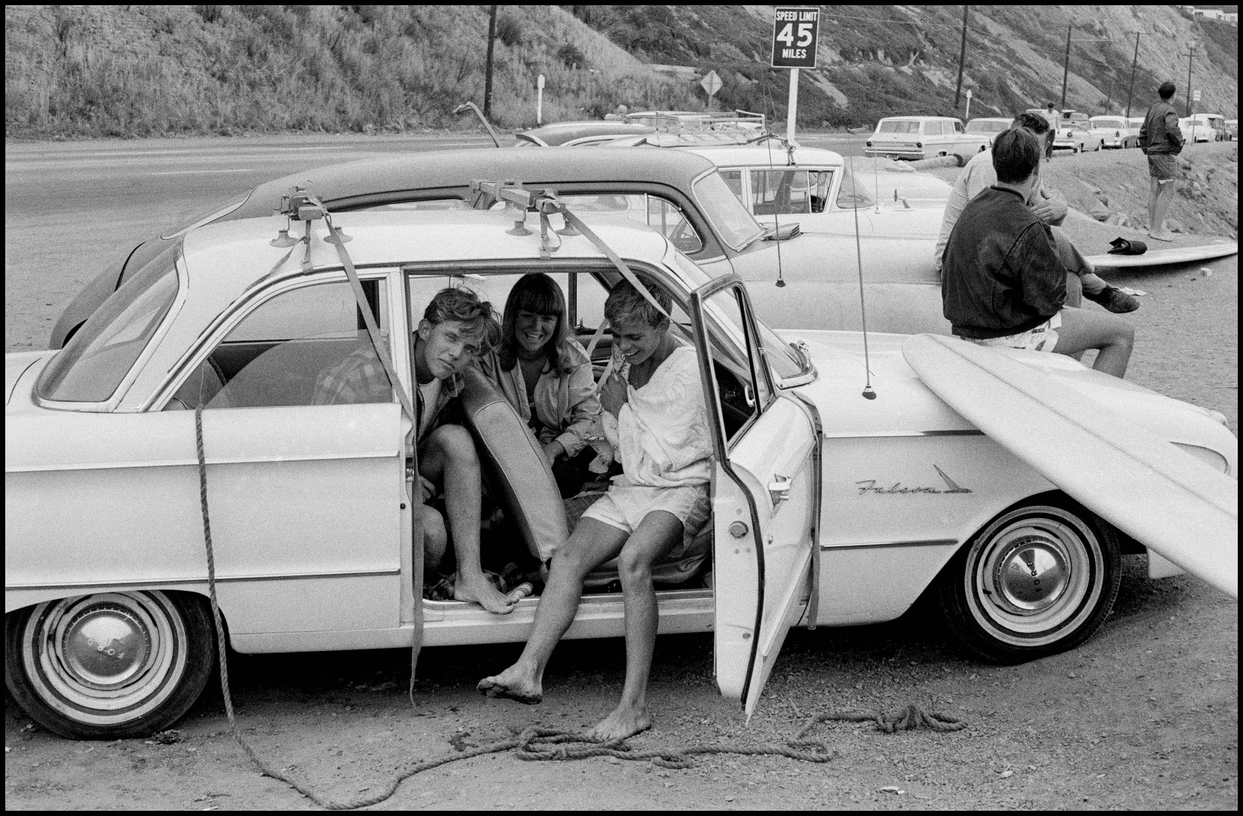 USA. Los Angeles. 1964. Photo by Bruce Davidson/Magnum Photos Surfers along Pacific Coast Highway.